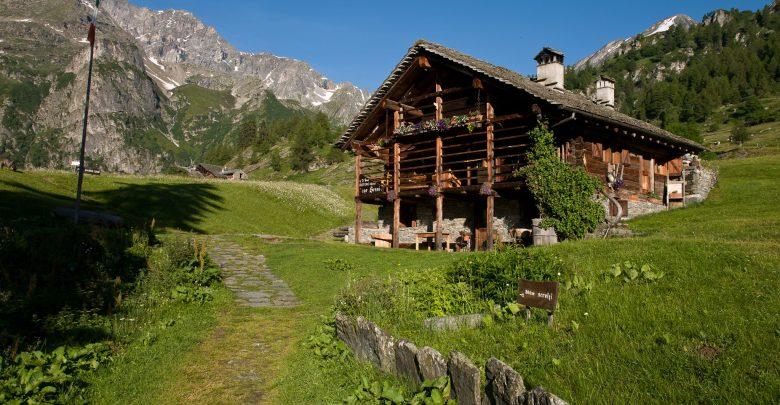 Val Mastallone, la Val Sermenza, la catena delle Alpi occidentali con il Monte Rosa in primo piano, altre cime della valle e alcuni Quattromila della Svizzera