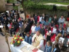 1_Don Cristiano mentre celebra la messa nell orto didattico