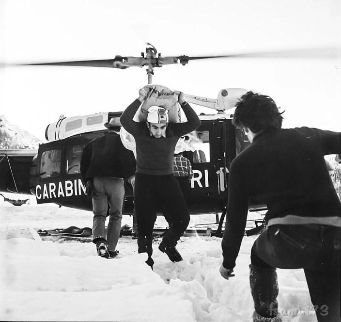 foto storica di Franco Sandri arrivo dei soccorsi a Rimella nel 1973