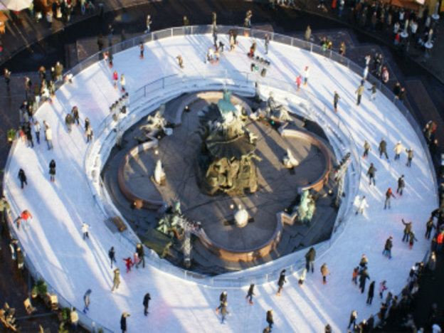 Auf dem Weihnachtsmarkt , Roten Rathaus, Eisbahn ,Neptunbrunnen,Berlin,#VisitBerlin,Freizeit,Sport,Unterhaltung