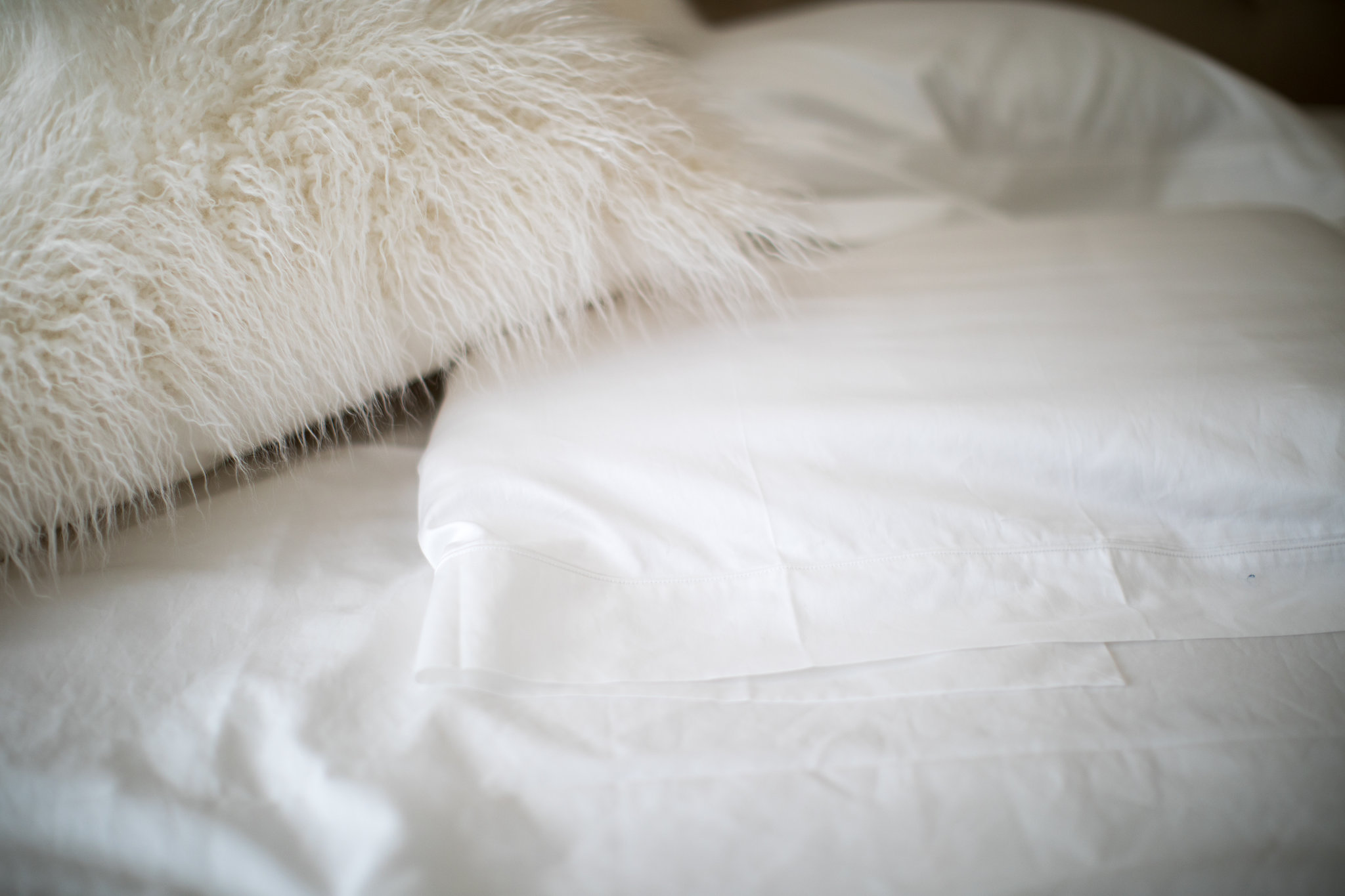 Today on Every Chic Way, find out how to choose the perfect bed linens. - How to Choose the Perfect Bed Linens by North Carolina style blogger Every Chic Way