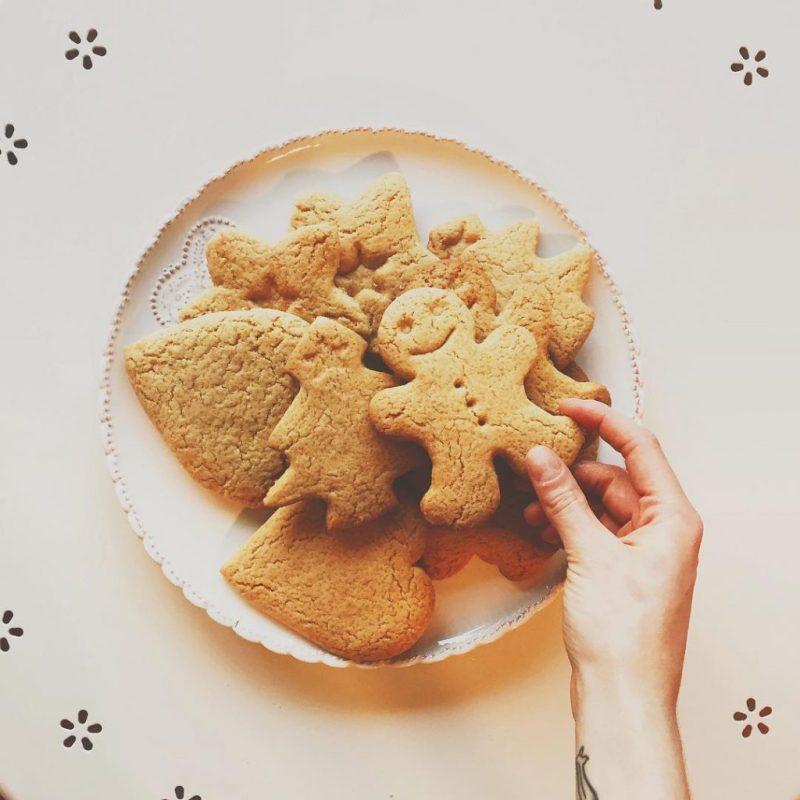 #gingerbread #gingerman , aka filmando e smangiucchiando biscotti #itsxmas #xmastime #christmas2015 #christmastreats #pandizenzero