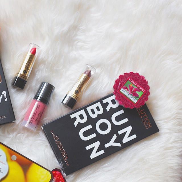 Buongiorno!!! Un nuovo #giveaway sta arrivando sul blog!!! Seguitemi qui su Instagram per rimanere sempre aggiornati! Le modalità e i premi verranno pubblicati durante il solstizio d'estate, proprio il 21 giugno ☺️ qui un piccolo closeup di alcuni premi per voi: #palette e #rossetti ne abbiamo?