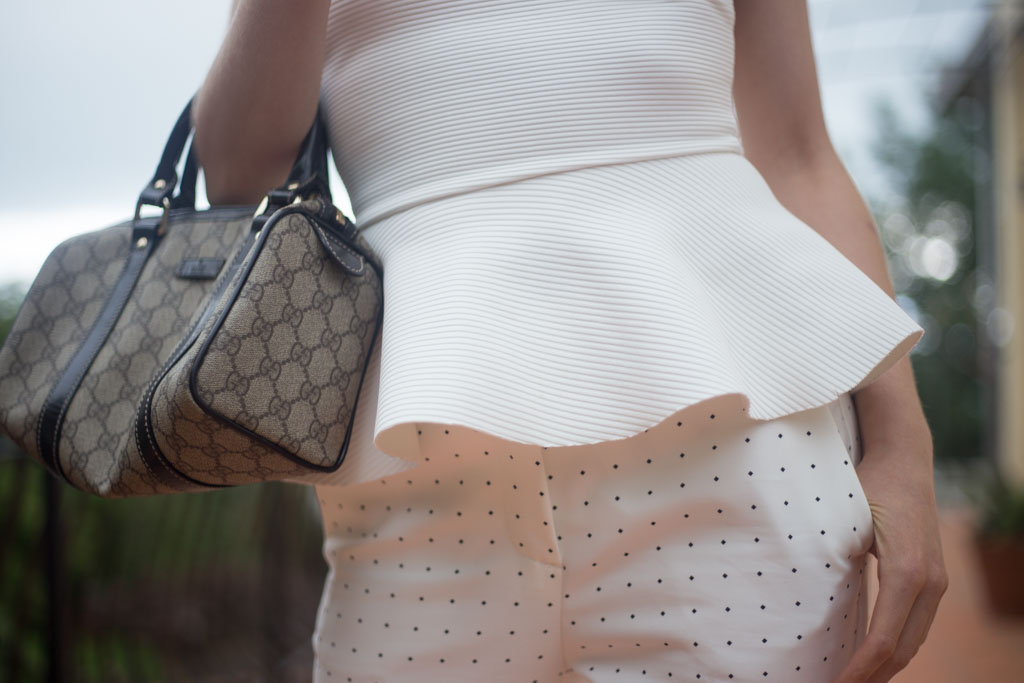 outfit total white con top con scollo all'americana