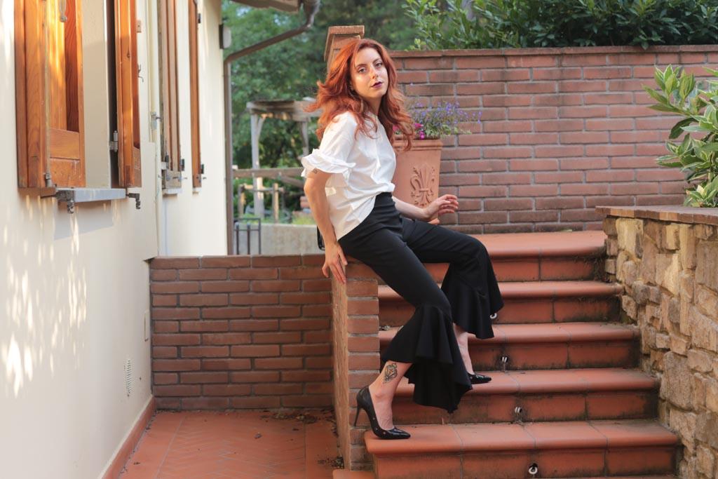 outfit tshirt bianca con volant e pantaloni a campana-2