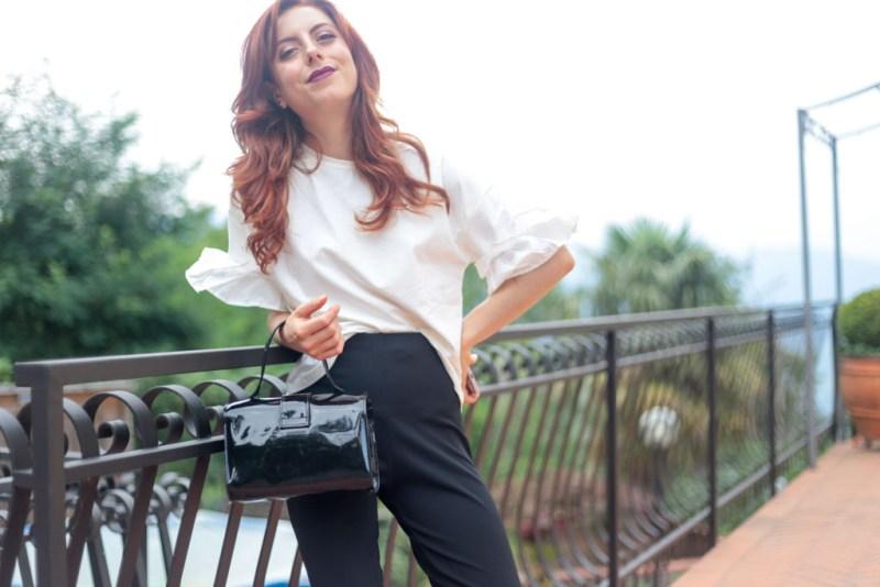 outfit tshirt bianca con volant e pantaloni a campana