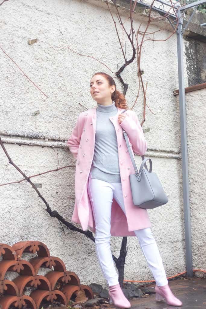 outfit minimal con cappotto rosa