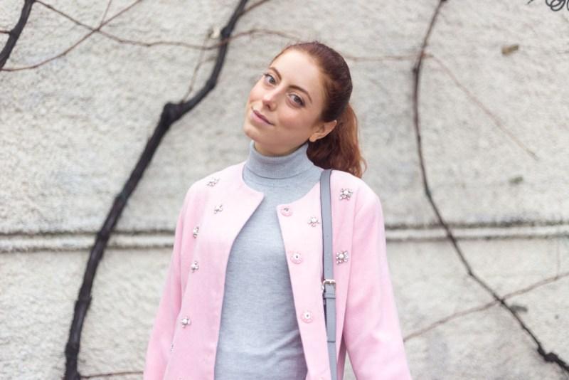 Cappotto rosa con applicazioni GIOIELLO: un outfit MINIMAL a tre colori