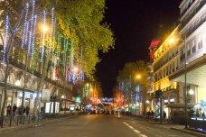 benvenuti a Parigi strada illuminata lafayette