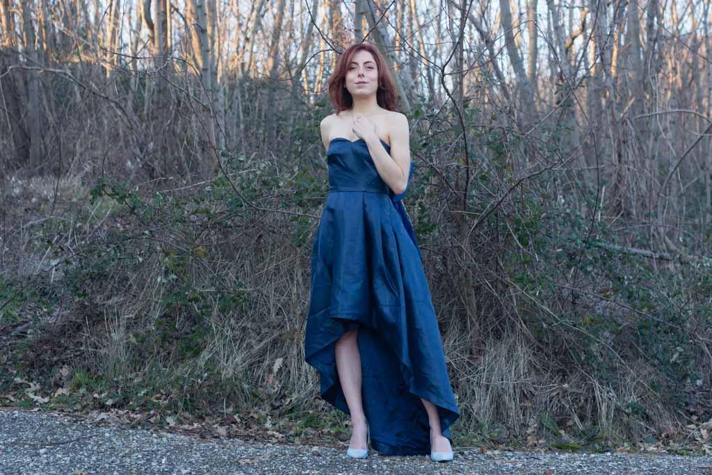 vestito blu con scollo a cuore outfit