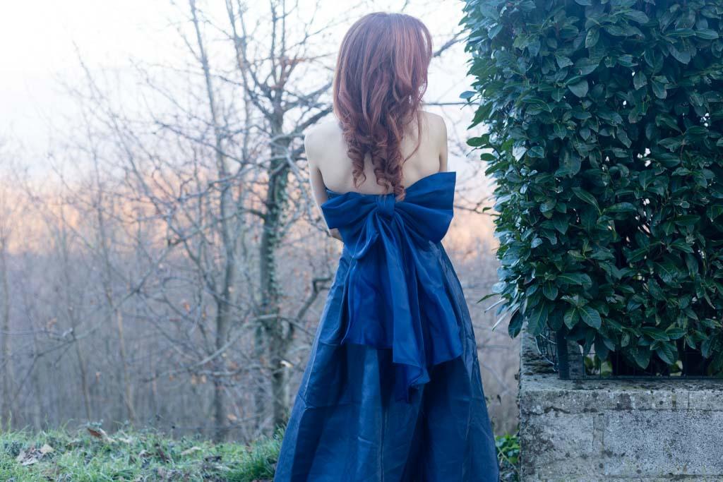 vestito blu con scollo a cuore con fiocco