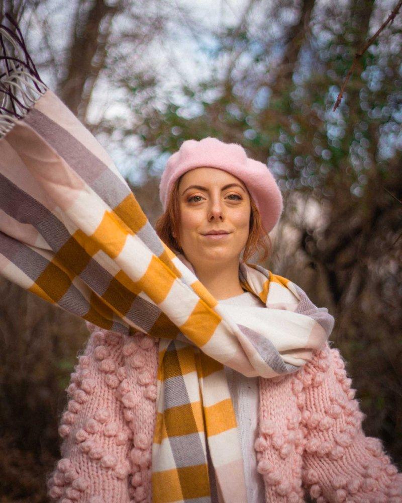 outfit di fine inverno con cappello rosa