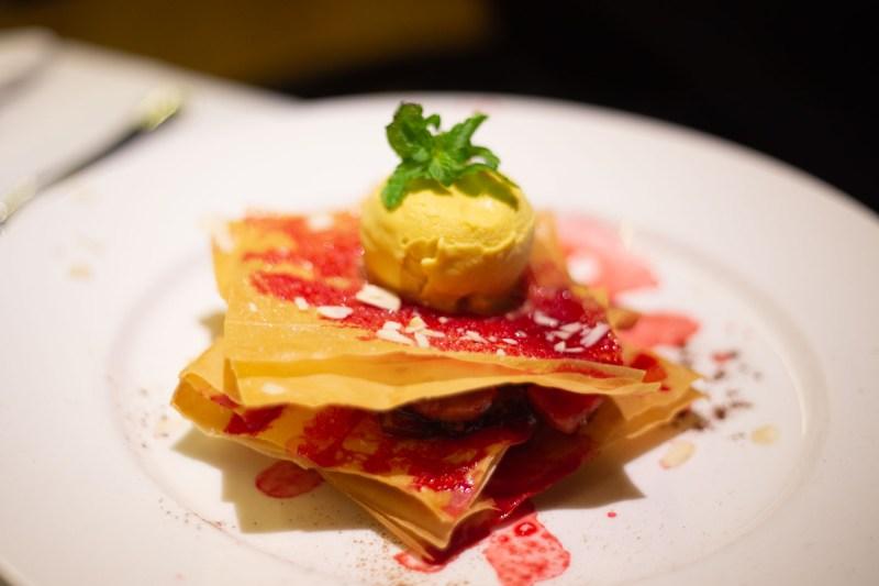 Valle di Assisi Hotel Spa & Golf millefoglie con gelato e coulis di frutti rossi