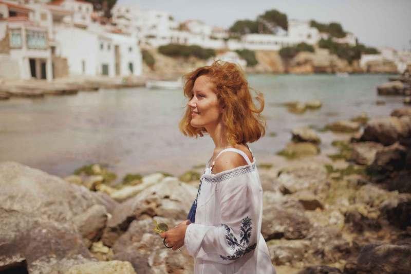 vestito bianco con particolari blu per il mare