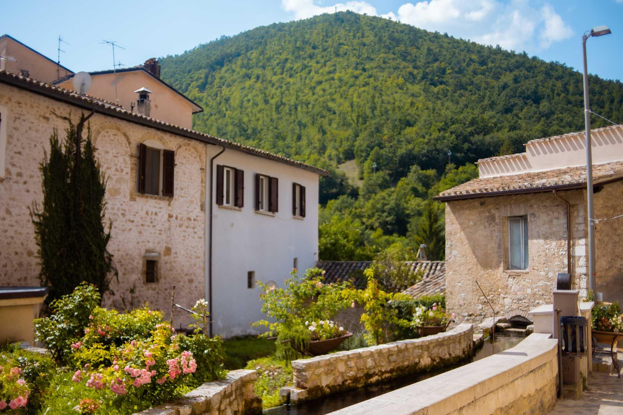 tipiche case del borgo delle acque dell'umbria