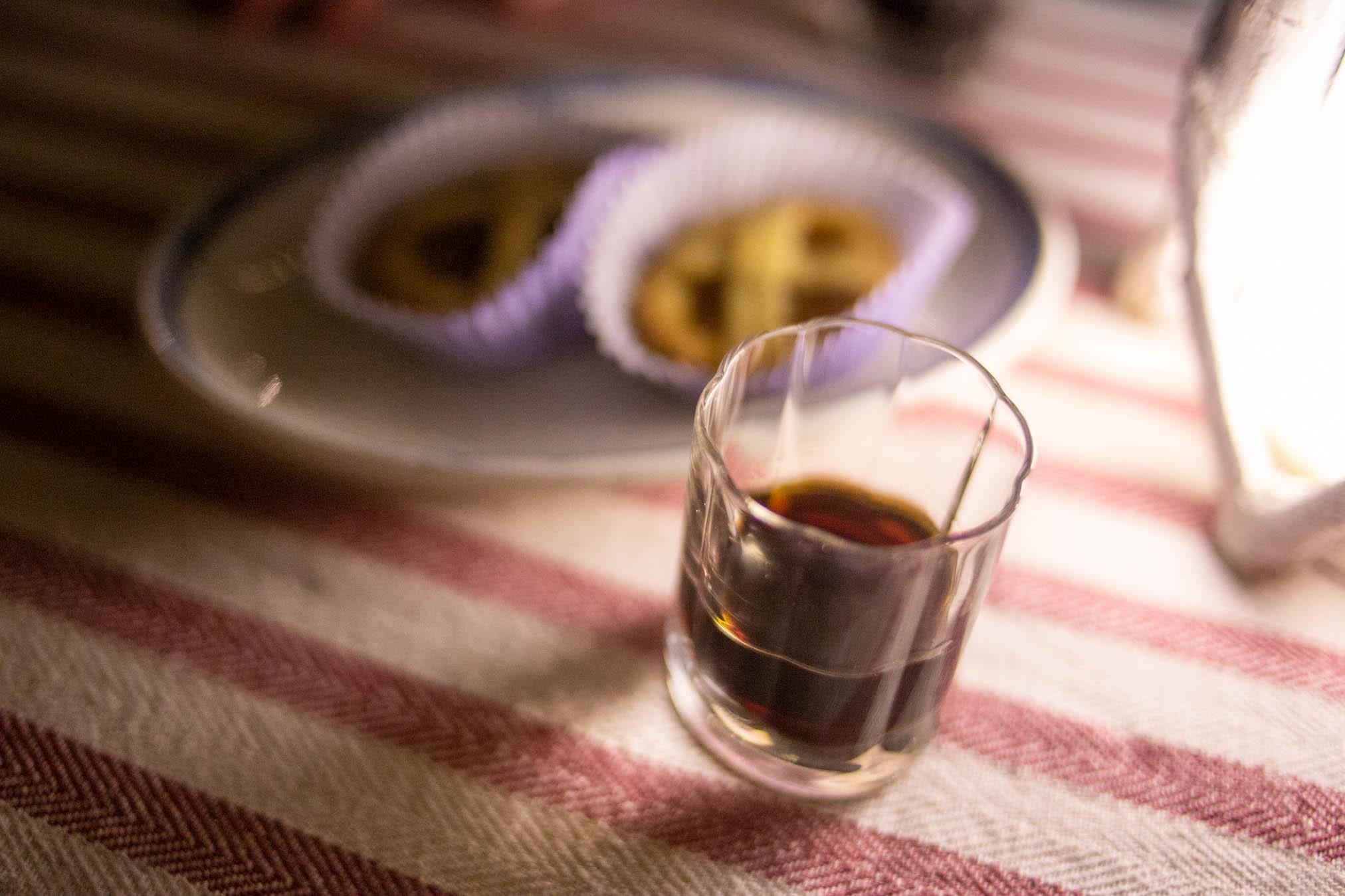 bicchiere di liquore alle noci per dessert per la cena sull'albero