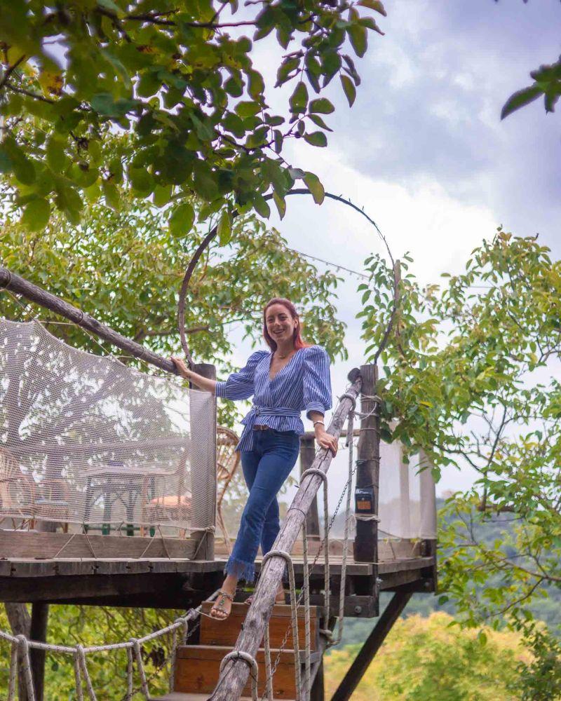 Francesca pronta per la cena sull'albero sulle scalette della casa