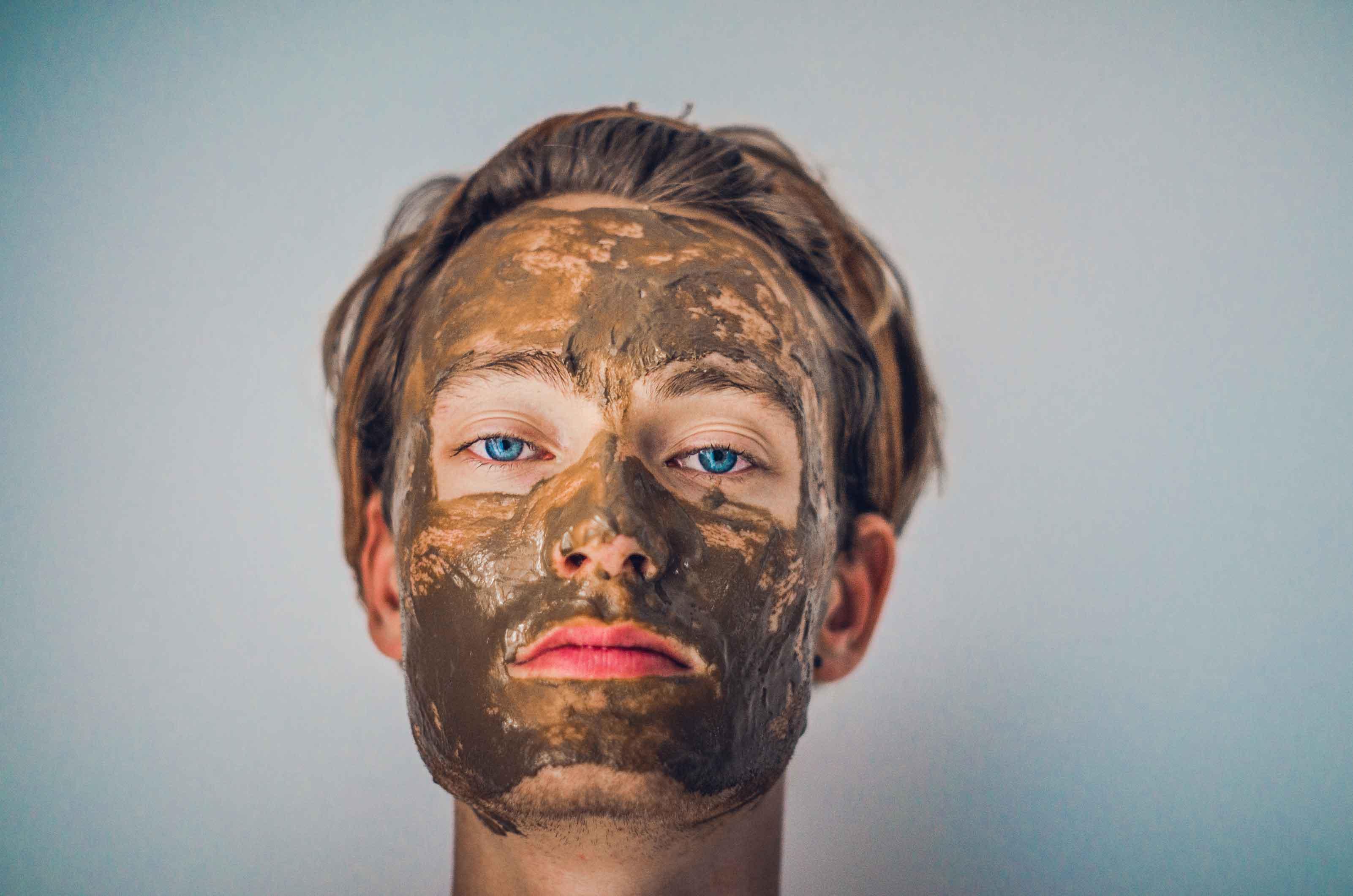 ragazza che indossa una maschera viso illuminate all'argilla