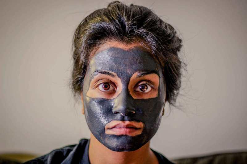 ragazza che indossa una maschera per il viso nera
