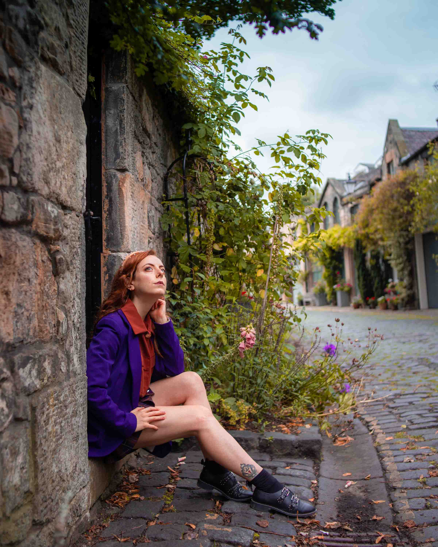 Francesca a sedere davanti a una porta in circus lane a edimburgo