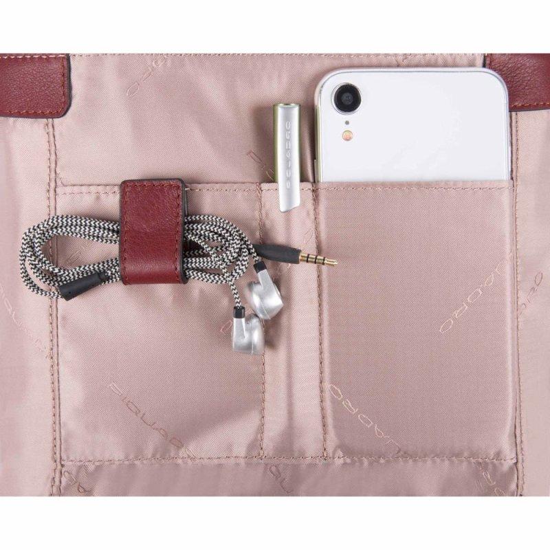 organizzazione di una borsa da ufficio con smartphone, cavi e penna