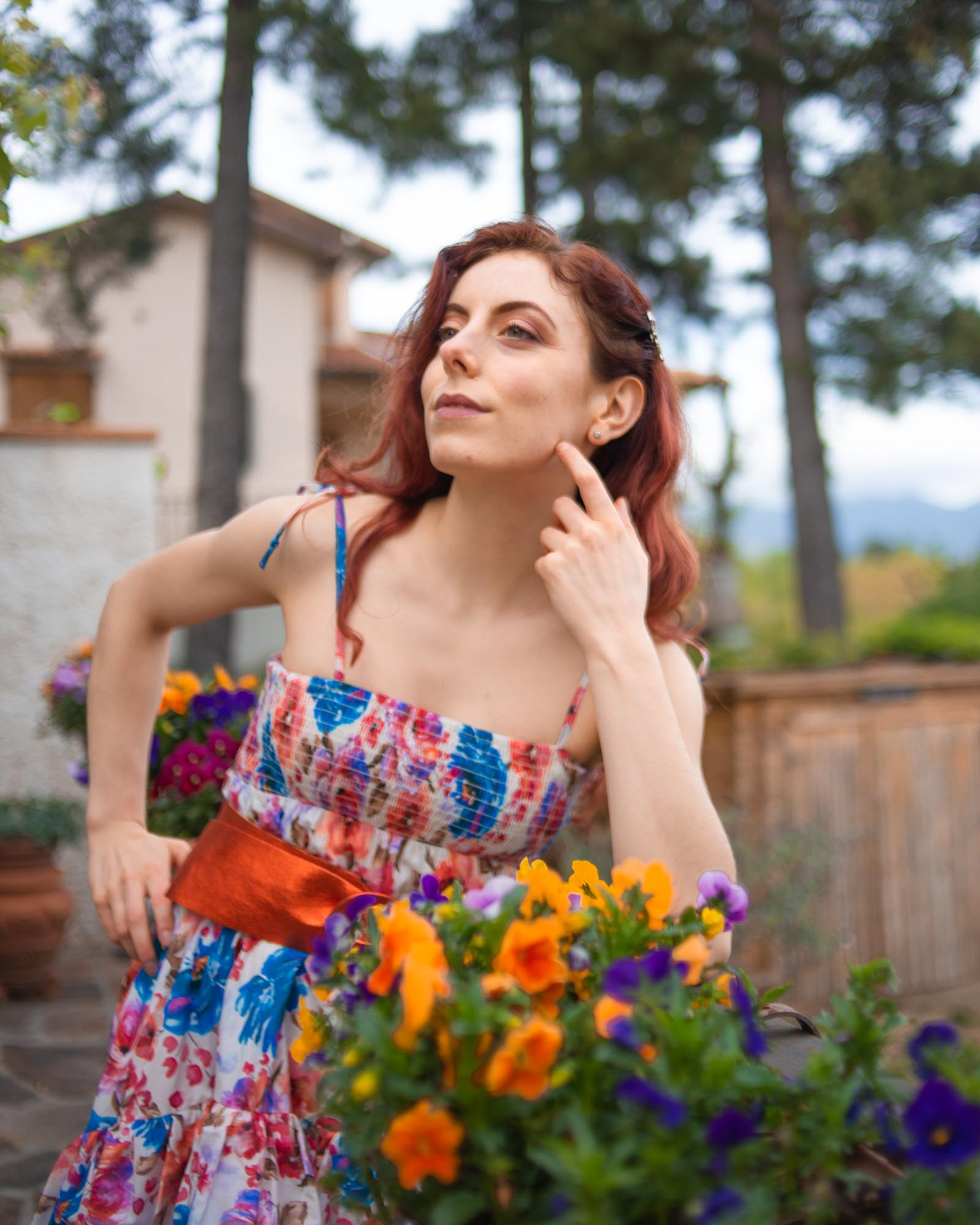 ragazza coi capelli rossi con indosso un vestito estivo floreale