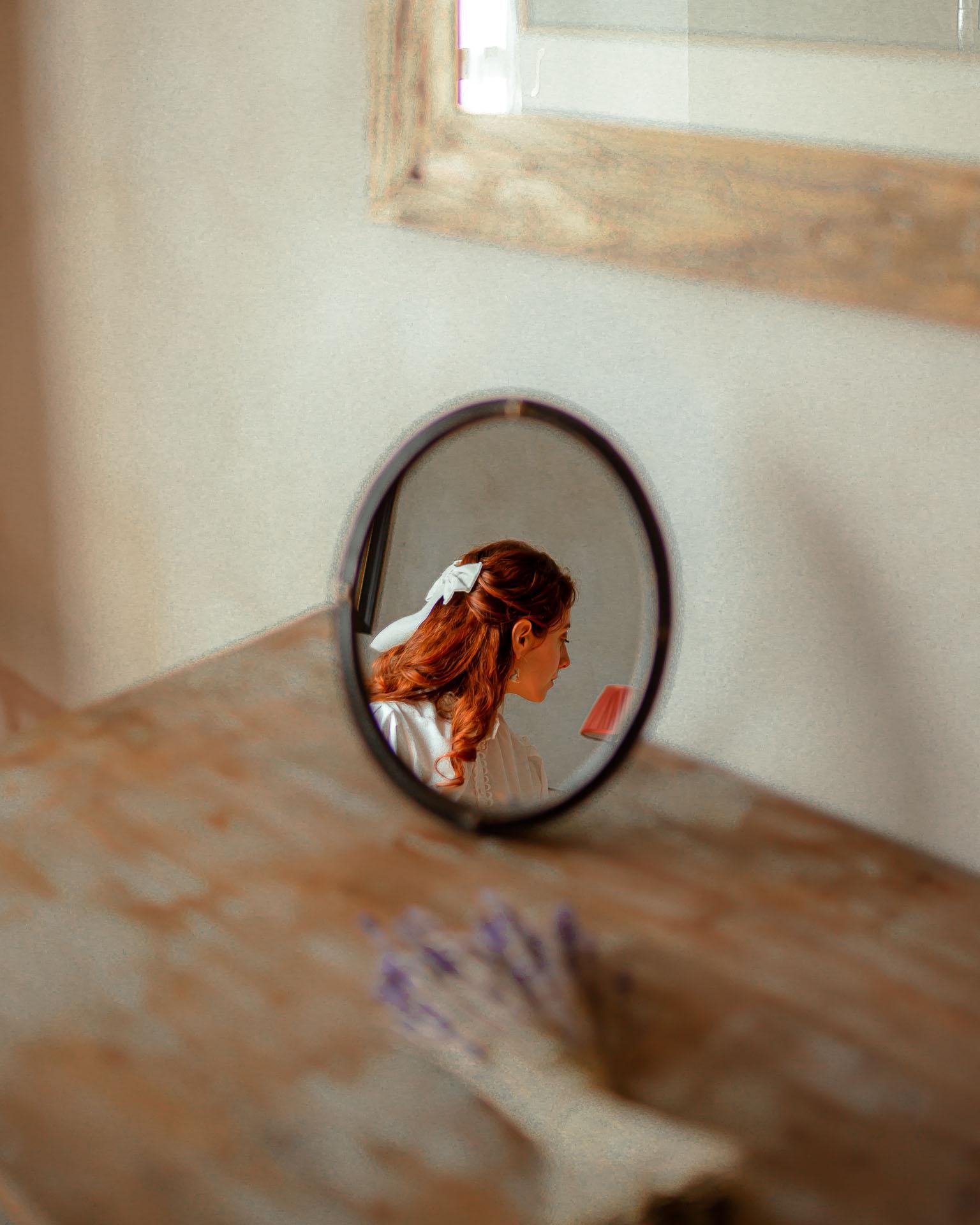 francesca riflessa in uno specchio