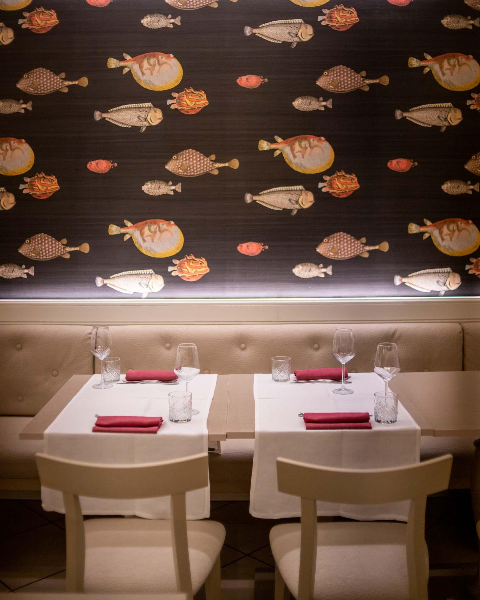 tavoli con carta da parati con pesci