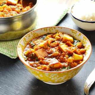 Quick Vegetarian Curry with Chickpeas and Paneer
