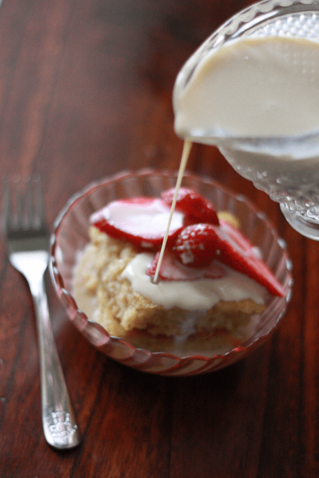 TSuper delicious Tres Leches cake that is easy to make, recipe on everydayjenny.com