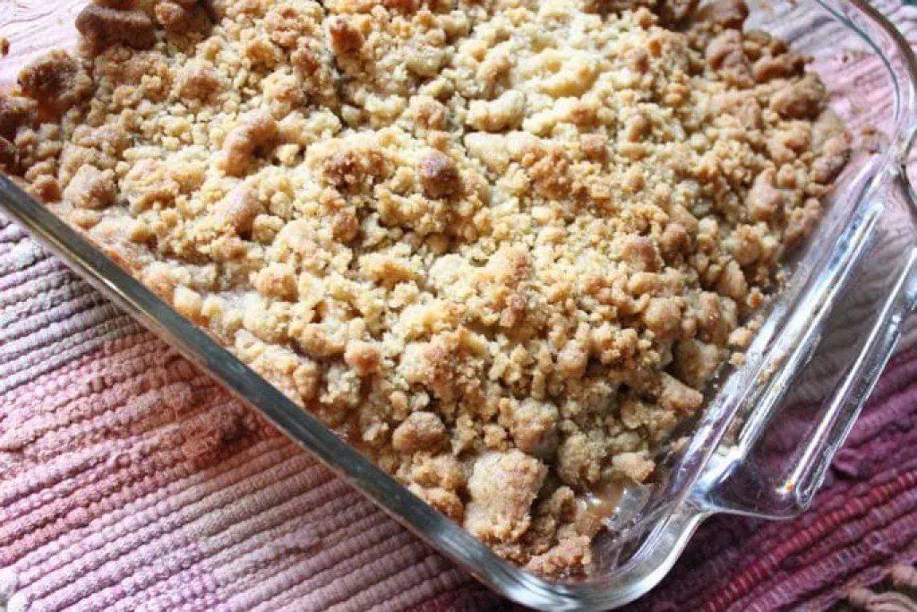 A super easy apple pie like filling topped with a sugar cookie like topping and you have an apple crumble that everybody will enjoy!