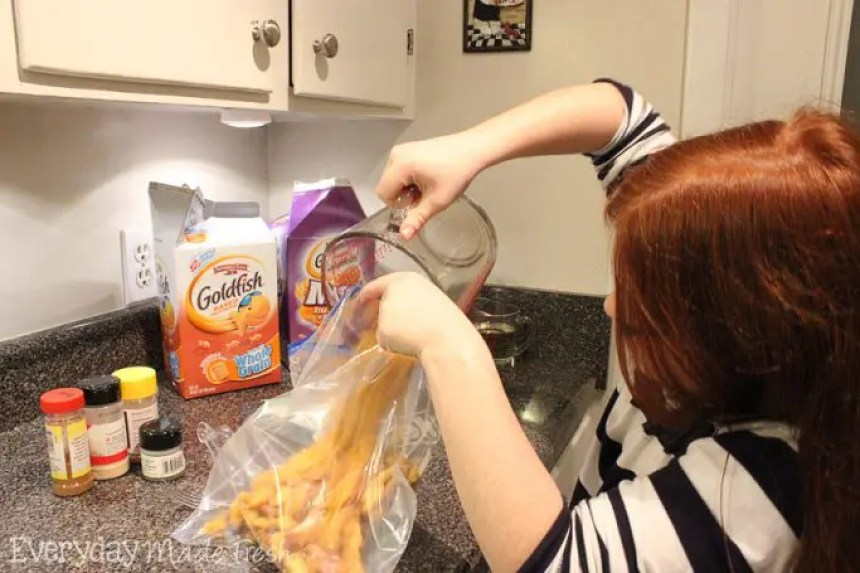 2 Simply Seasoned Goldfish® Cracker Party Mixes, Keep Kids in the Mix™ #GoldfishMix #Walmart #ad