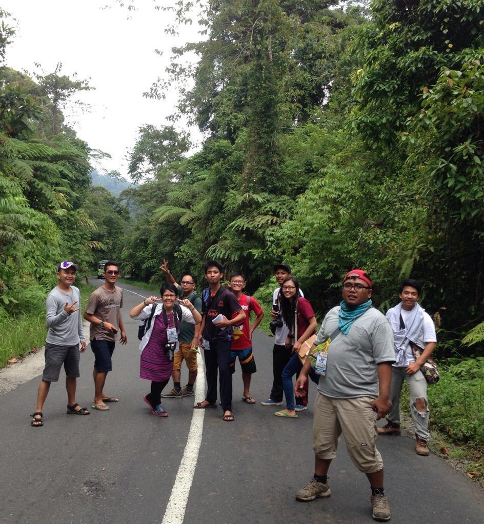 Berpose di Jalan Lintas Sumatera Taman Nasional Bukit Barisan Selatan