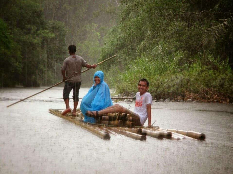 Wisata loksado Balanting Paring. Hujan-hujanan di tengah sungai Amandit yang mistis