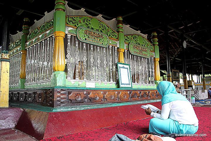 foto-foto makam sultan suriansyah dan permaisurinya