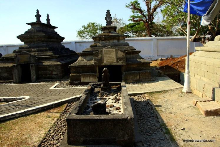 Makam Sultan Hasanuddin berdampingan dengan ayahndanya di sebelah kiri