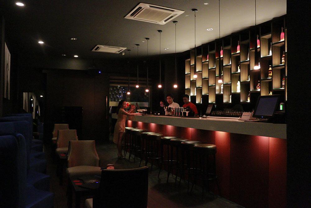 Lokasi dining in the dark kuala lumpur di belakang bar ini