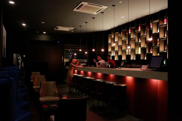 Lokasinya di belakang bar ini
