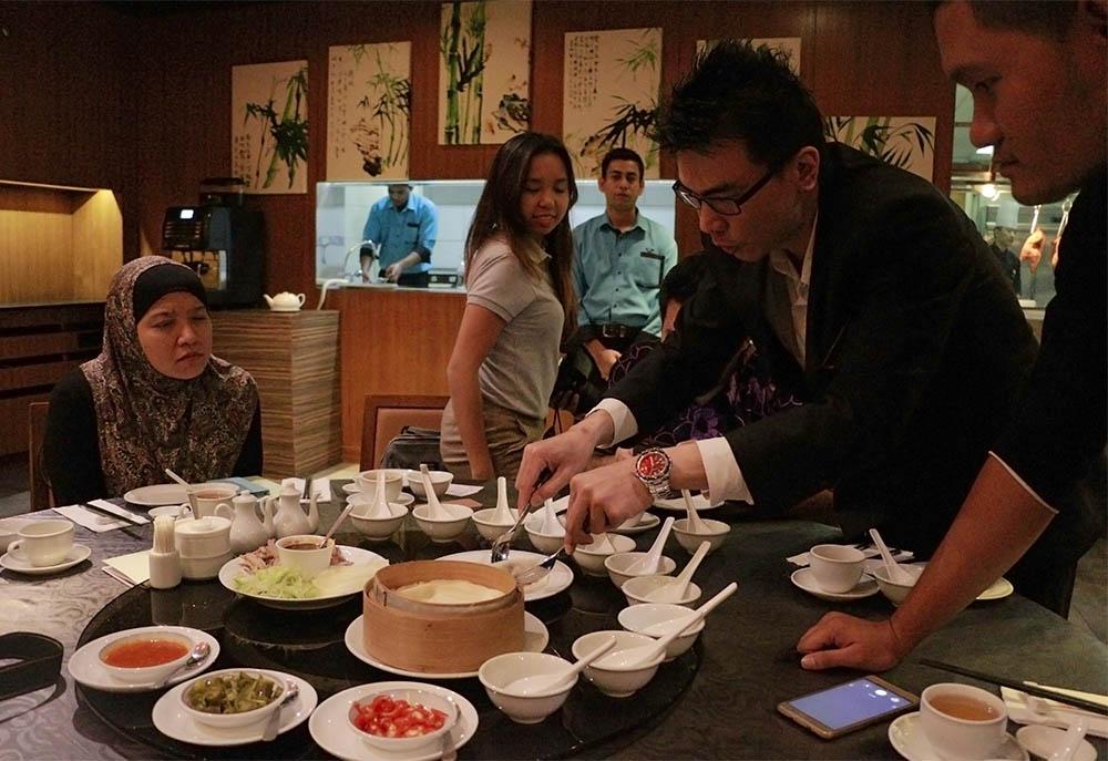 Diajarkan cara menggulung Bebek Peking oleh Manajernya Sino Scene