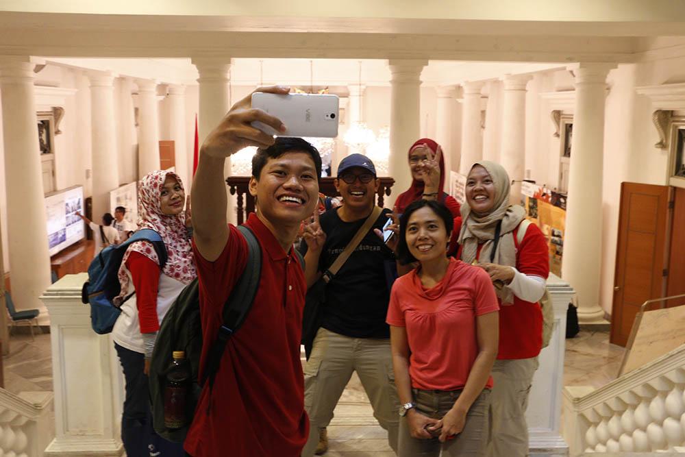 Selfie di tangga Balai Agung