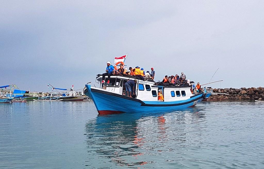 Kapal kayu untuk menyeberang ke Pulau Sebesi