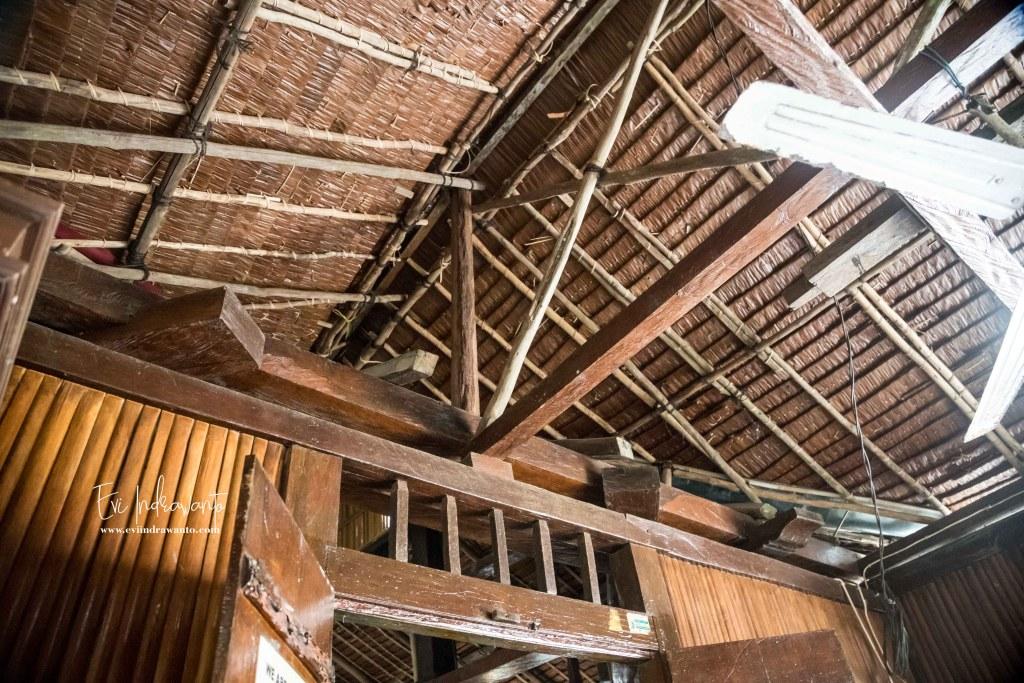 Dalam masjid tua tempat wisata ambon. Sambungan kayu knockdown di dalam masjid