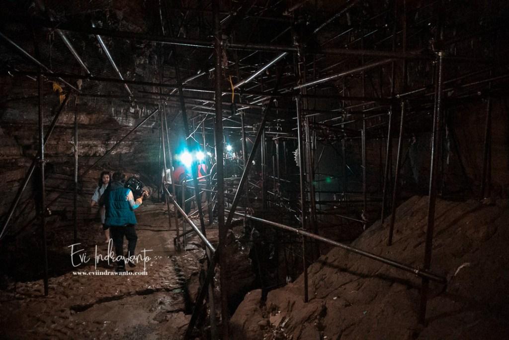 Batang-batang besi penyangga dalam Gua Mahendra