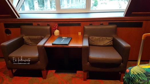 Meja dan sofa di kamar