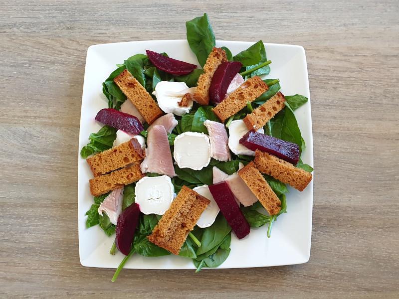 Gezond eten - Salade peperkoek, gerookte forel, rode biet, geitenkaas (recept Kokerellen)