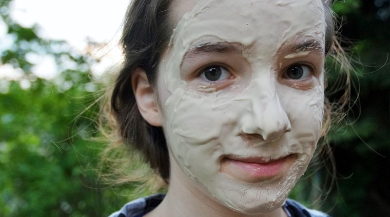 woman use facial mask
