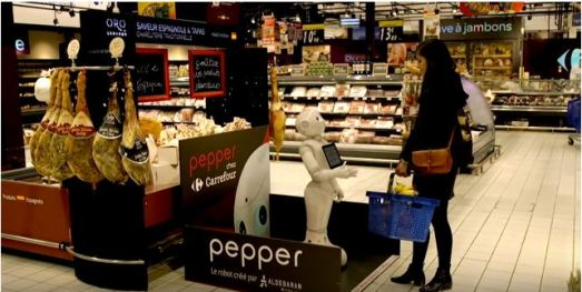 Le robot Pepper dans un magasin de grande consommation conseille une cliente.