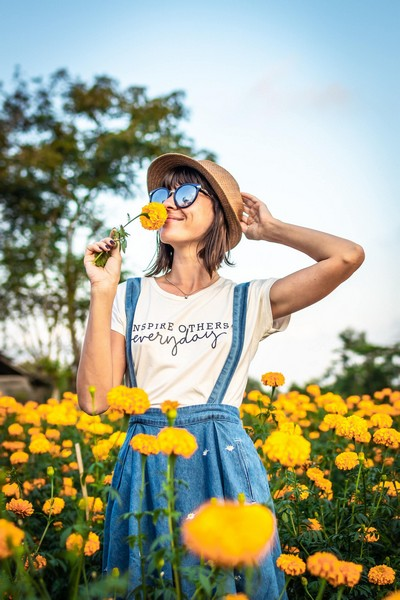 fille dans un champ de fleurs