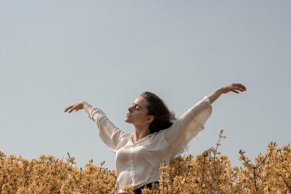 fille libre dans les champs