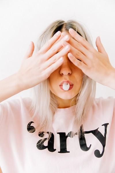 fille qui se cache les yeux